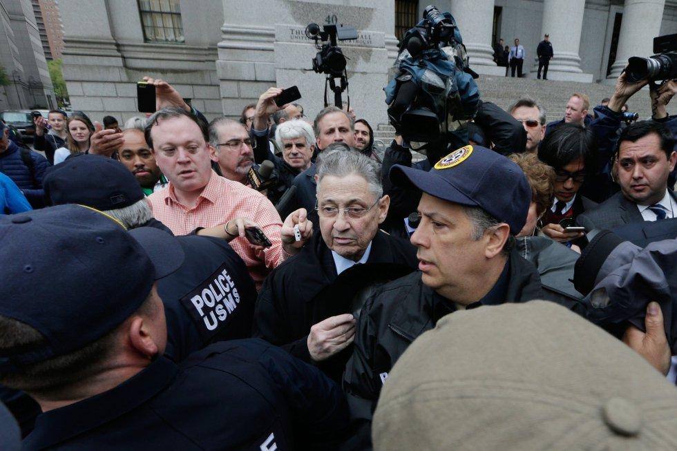 El exvocero de la Asamblea de Nueva Yorki, Sheldon Silver, a su saluda de la corte federal tras escuchar la sentencia de 12 años en cargos de corrupción general en Nueva York.