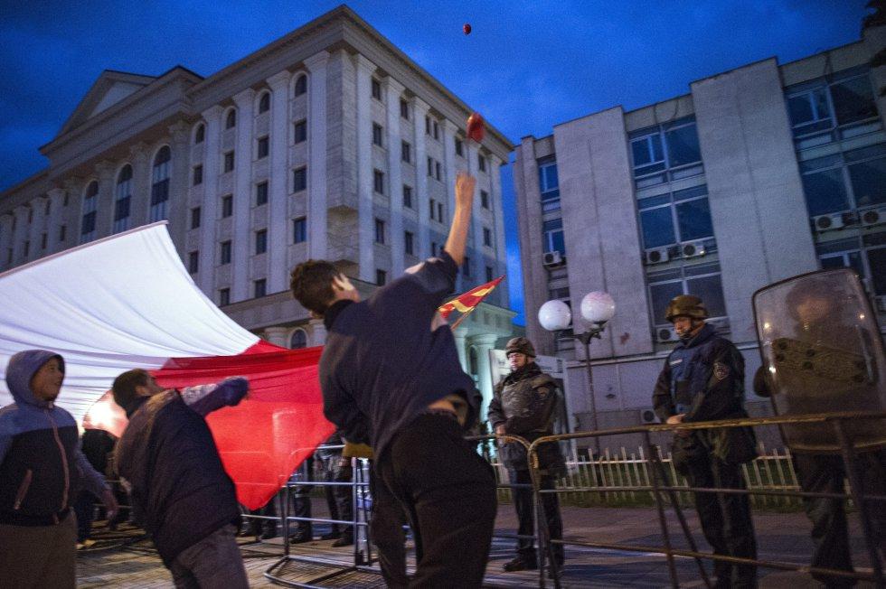 """Manifestantes durante la llamada """"Revolución de colores"""" hoy, martes 3 de mayo de 2016, contra la decisión del presidente de Macedonia, Gjorge Ivanov."""