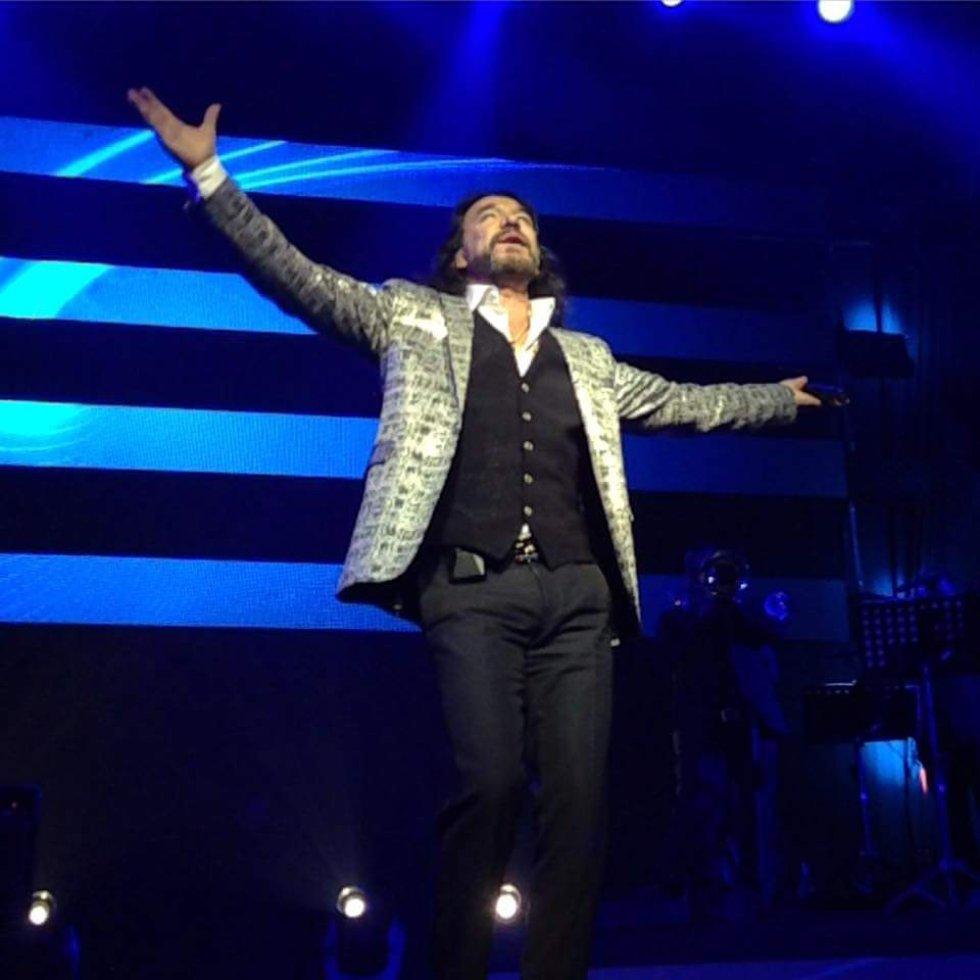 Con dos conciertos programados en el Auditorio Nacional en México, 'El Buki' celebró sus 4 décadas en los escenarios.
