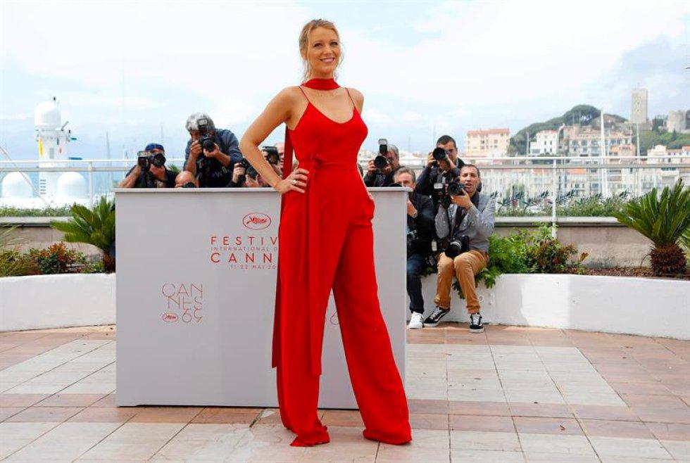 """La actriz estadounidense Blake Lively posa durante el pase gráfico de su película """"Cafe Society"""" en el Festival de Cine Internacional de Cannes."""