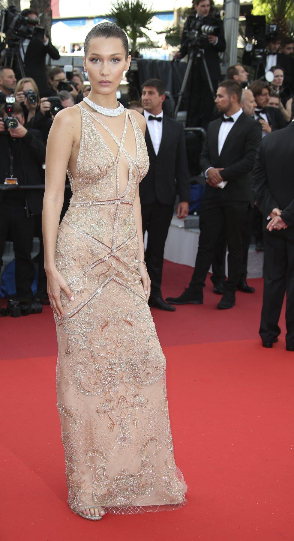 La modelo estadoundiense Bella Hadid se robó todas las miradas a su llegada a la ceremonia de inicio de la edición número 69 del Festival.