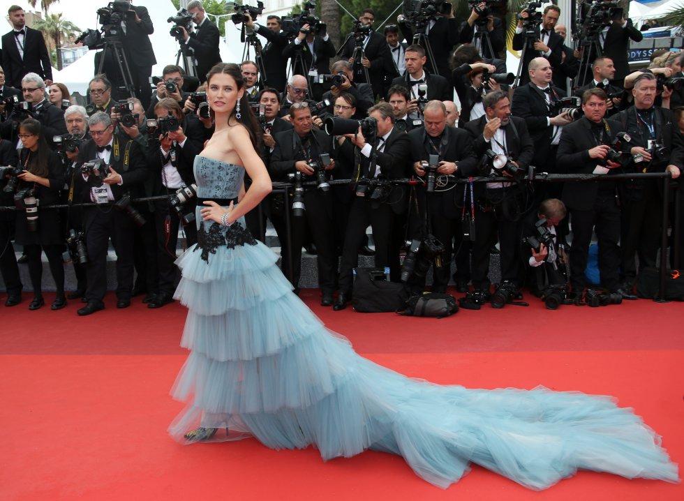 Bianca Balti, modelo italiana que llamó la atención por su vestido.