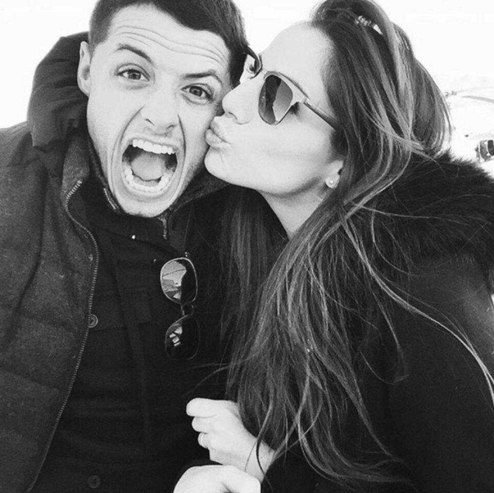El futbolista y su novia han compartido en sus redes sociales fotografías de sus vacaciones en un lugar paradisíaco acompañadas de varios mensajes de amor.