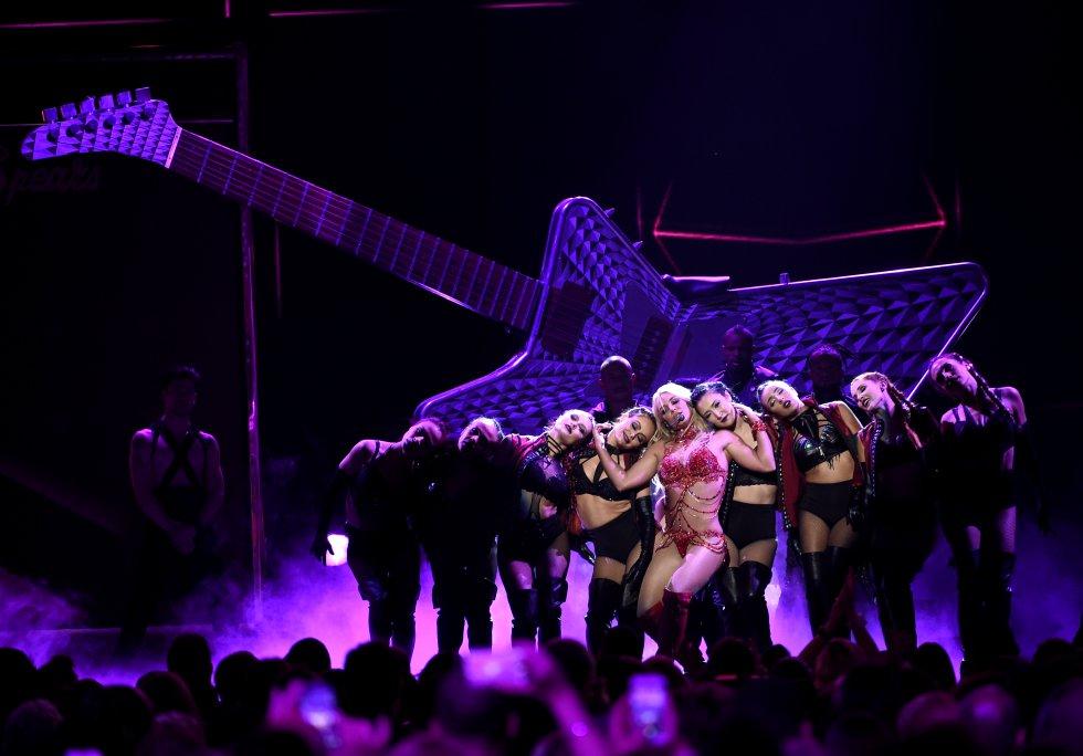 'Breathe on Me' y 'I'm a Slave 4 You' provocaron gritos y aplausos entre el público asistente.