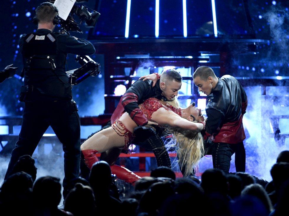 Spears realizó coreografías similares a las que usaba en los videos de las canciones mencionadas.
