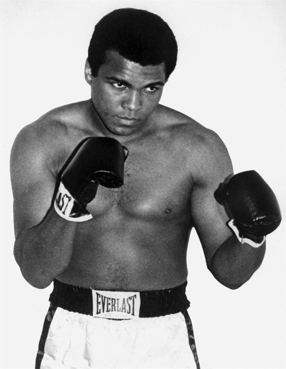 Un cuadro de archivo pasó de moda 1960 muestra EE.UU. que embalan la leyenda Muhammad Ali en París, Francia. La Arcilla de Casio nacida, embalando la leyenda Muhammad Ali dobló el Mayor muerto el 04 de junio de 2016 en el hospital de Fénix en Fénix, Arizona, EE.UU., a la edad de 74 años. (Fénix, Francia, Estados Unidos).