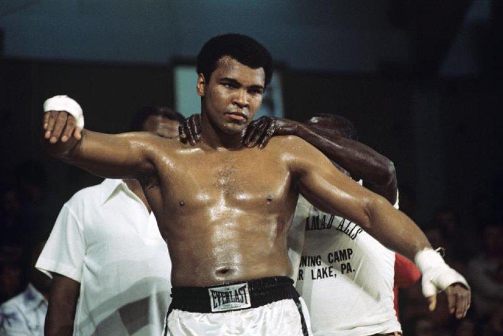 Un cuadro hizo disponible el 04 de junio de 2016 y pasó de moda el 25 de mayo de 1976 muestra EE.UU. que embalan la leyenda Muhammad Ali entrenando delante de su lucha de peso pesado contra Richard Dunn británico en el Olympiahalle en Munich, Alemania. La Arcilla de Casio nacida, embalando la leyenda Muhammad Ali, doblado como ' el Mayor, ' muerto el 03 de junio de 2016 en Fénix, Arizona, EE.UU., a la edad de 74 años, un portavoz de familia dijo. (Fénix, Alemania, Estados Unidos).