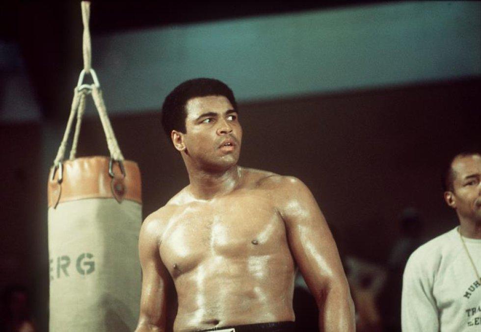 Una foto de archivo datada el 24 de mayo de 1976 de boxeador de peso estadounidense pesado Muhammad Ali (C) durante una sesión de educación en Munich, Alemania, en vísperas una lucha contra su desafiador británico Richard Dunn. Nacido como la Arcilla de Casio, embalando la leyenda Muhammad Ali, doblado como ' el Mayor, ' muerto el 03 de junio de 2016 en Fénix, Arizona, EE.UU., a la edad de 74 años, un portavoz de familia dijo. (Fénix, Alemania, Estados Unidos).
