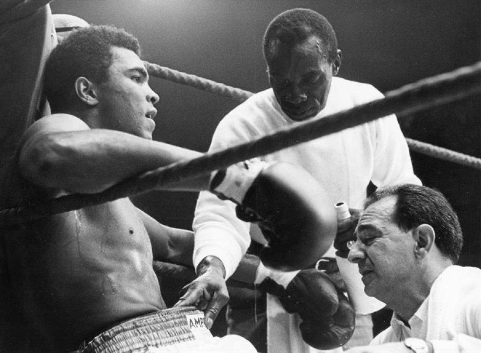 Una foto de archivo datada el 10 de septiembre de 1966 de mundo de peso estadounidense pesado defiende al boxeador Muhammad Ali (L) siendo entrenado por su entrenador Angelo Dundee (R) y un ayudante (C) durante una pausa en su lucha contra German Karl Mildenberger en el 'Waldstadion' (Forrest satdium) en Francfort/Principal, Alemania. Nacido como la Arcilla de Casio, embalando la leyenda Muhammad Ali, doblado como ' el Mayor, ' muerto el 03 de junio de 2016 en Fénix, Arizona, EE.UU., a la edad de 74 años, un portavoz de familia dijo. (Fénix, Alemania, Estados Unidos).