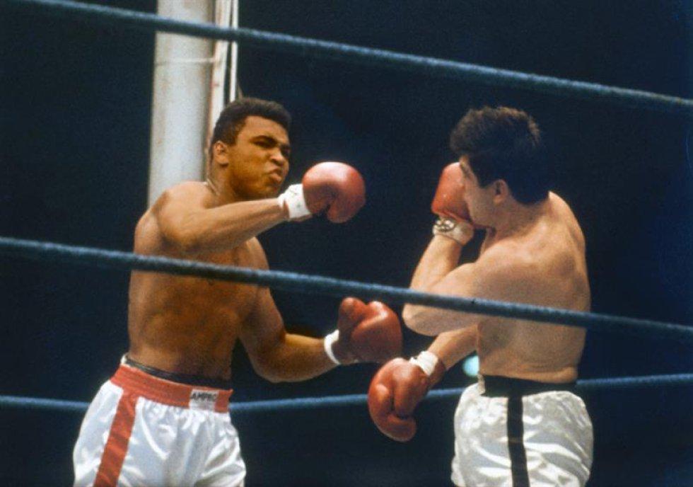 Una foto de archivo datada el 10 de septiembre de 1966 de boxeador de peso estadounidense pesado Muhammad Ali (L) y German Karl Mildenberger (R) en un título de Campeón Mundial lucha en el 'Waldstadion' (Forrest satdium) en Francfort/Principal, Alemania. Nacido como la Arcilla de Casio, embalando la leyenda Muhammad Ali, doblado como ' el Mayor, ' muerto el 03 de junio de 2016 en Fénix, Arizona, EE.UU., a la edad de 74 años, un portavoz de familia dijo. (Fénix, Alemania, Estados Unidos).