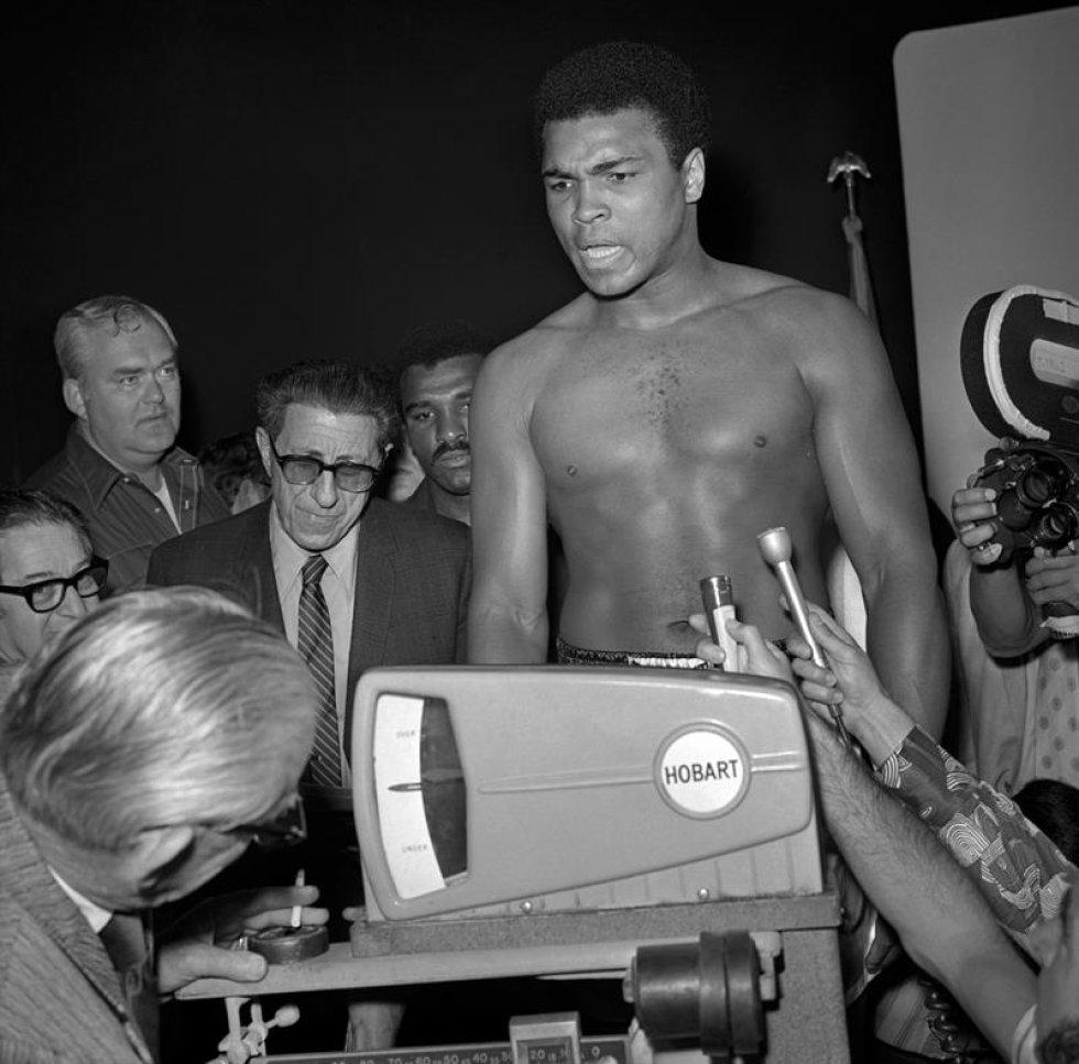 Un cuadro proporcionado por la Oficina de Noticias de Las Vegas (LVNB) el 04 de junio de 2016 muestra al boxeador estadounidense Muhammad Ali que interviene para su lucha contra Jerry Quarry en el Centro de Convención de Las Vegas en Las Vegas, Nevada, EE.UU., el 27 de junio de 1972. Ali ganó con un Golpe de gracia Técnico (TKO) en la séptima ronda. La Arcilla de Casio nacida, embalando la leyenda Muhammad Ali, doblado como ' el Mayor, ' muerto el 03 de junio de 2016 en Fénix, Arizona, EE.UU., a la edad de 74 años, un portavoz de familia dijo. (Fénix, Estados Unidos).