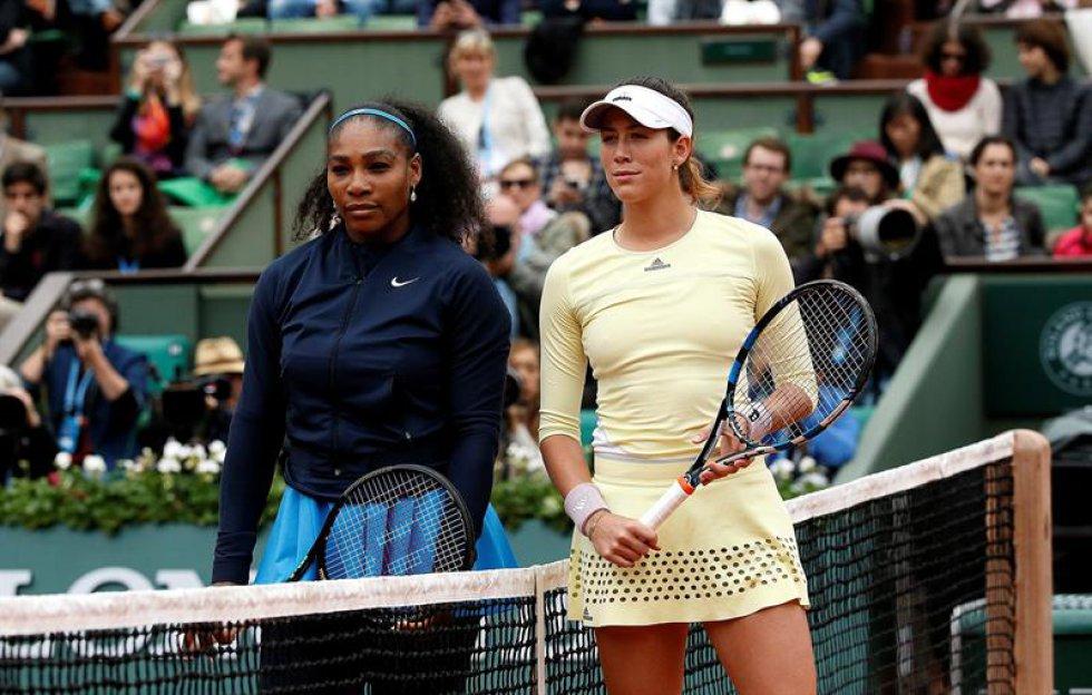 Serena Williams de los EE.UU. (L) y Garbine Muguruza de postura de España antes de su fósforo solo final de mujer en el francés Abre el torneo de tenis en Roland Garros en París, Francia, el 04 de junio de 2016.