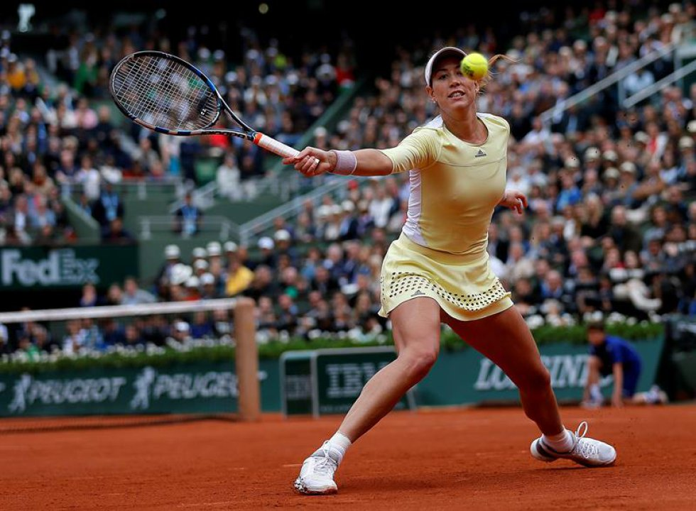Garbine Muguruza de España en la acción contra Serena Williams de los EE.UU. durante su fósforo solo final de mujer en el francés Abren el torneo de tenis en Roland Garros en París, Francia, el 04 de junio de 2016.
