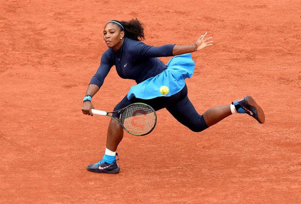 Serena Williams de los EE.UU. en la acción contra Garbine Muguruza de España durante su fósforo solo final de mujer en el francés Abre el torneo de tenis en Roland Garros en París, Francia, el 04 de junio de 2016.