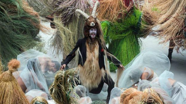 El íbice, la cabra salvaje de los Alpes, tuvo un papel protagonista en la extravagante inauguración del túnel, que trató de escenificar diversos aspectos de la cultura y sociedad locales. Aunque no lo representaron de una manera precisamente tradicional.