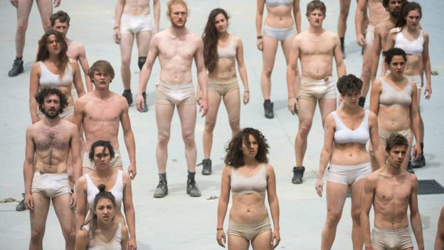 Hasta los actores, semidesnudos, parecían desorientados. La extraña ceremonia fue obra del director alemán Volker Hesse, cuyos trabajos más famosos fueron representados en Suiza.