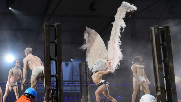 """Durante la representación teatral, unos """"trabajaban"""" en las estructuras y otros ejecutaban curiosos movimientos y bailes. Más de 600 actores participaron en la ceremonia."""