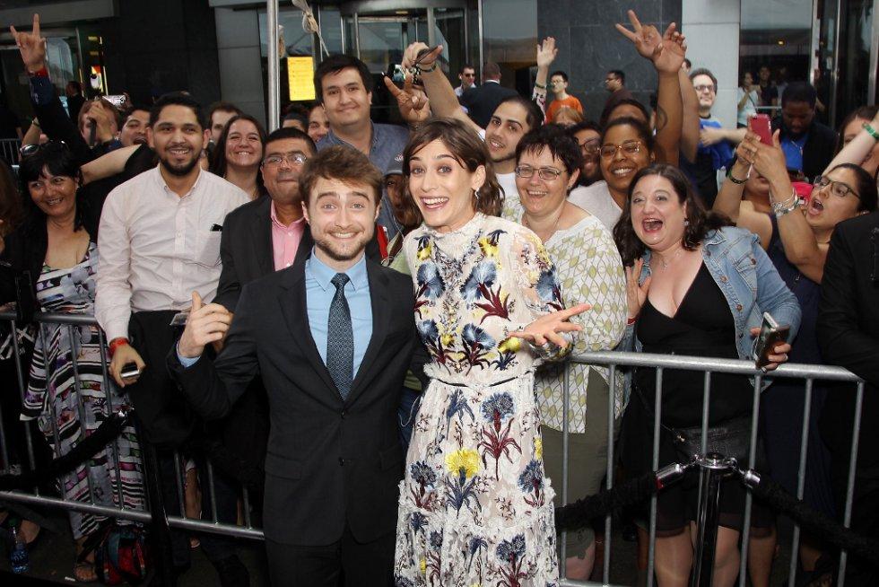 Daniel Radcliffe posa con la actriz Lizzy Caplan en la premiere de Los Ilusionistas 2 en Nueva York.