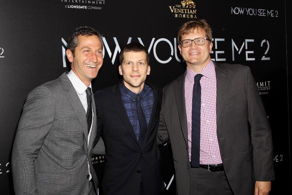 Jesse Eisenberg (en el centro) es recordado por su papel de Mark Zuckerberg en la película Red Social.