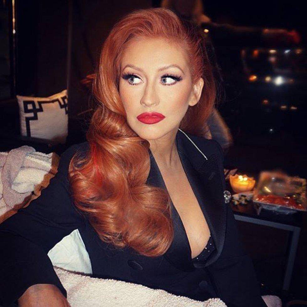 Durante un evento de recaudación de fondos para Hillary Clinton, la cantante Christina Aguilera sorprendió con una tonalidad roja en su pelo. La artista llamó la atención por el contraste que causa con el color de sus ojos.