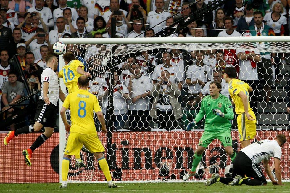 Mustafi aprovecha un tiro libre de Kross y marca el 1-0 para Alemania.