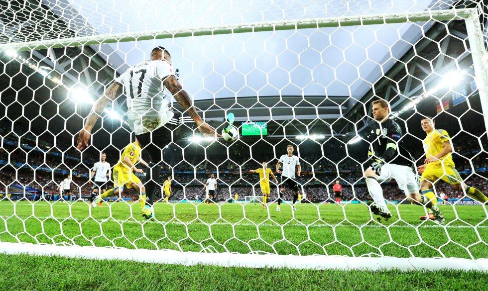 Boateng saca la opcion más clara del equipo ucraniano.