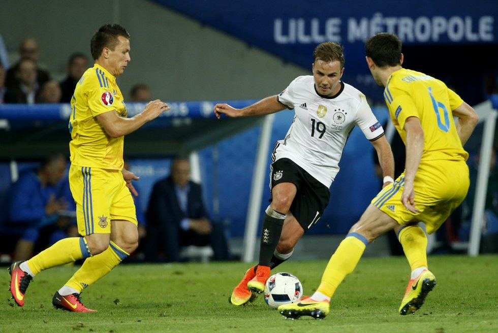 Gotze engancha ante la presión de dos rivales ucranianos.