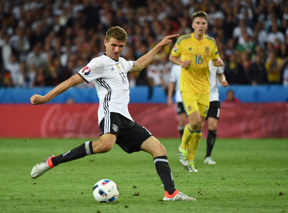 Thomas Müller remata a puerta.