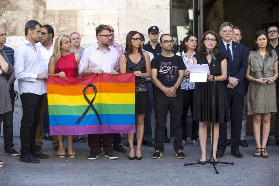 La vicepresidenta del Consell, Mónica Oltra, lee un comunicado de condena tras los cinco minutos de silencio que se han guardado para mostrar el rechazo y condenar el ataque a una discoteca gay de la ciudad estadounidense de Orlando.
