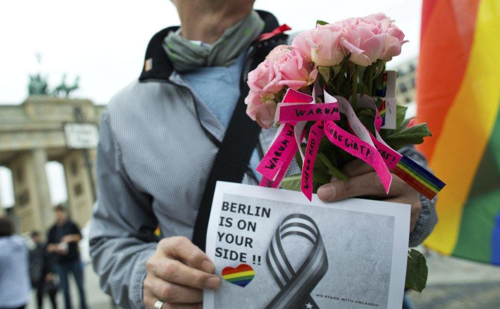 Un ciudadano muestra su apoyo a las víctimas durante una concentración de apoyo organizada en Berlín, Alemania.
