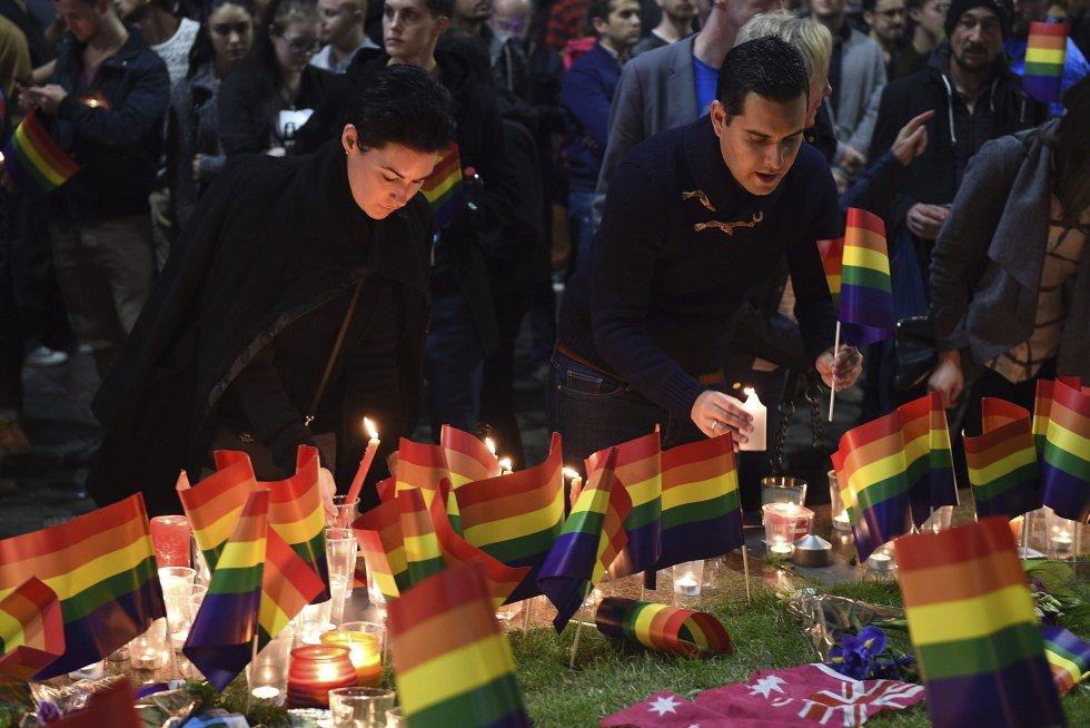 Varias personas participan en una vigilia en recuerdo a las víctimas de la matanza en una discoteca gay de Orlando, en la plaza Taylor, en Sídney.