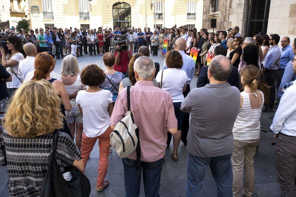 Numerosas personas se han concentrado este mediodía a las puertas del Palau de la Generalitat para mostrar su rechazo y condenar el ataque a una discoteca gay de la ciudad estadounidense de Orlando.