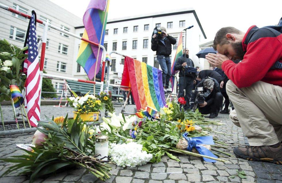 Un ciudadano ora delante de la Embajada de EE.UU. en Berlín, Alemania, por las víctimas en Orlando.