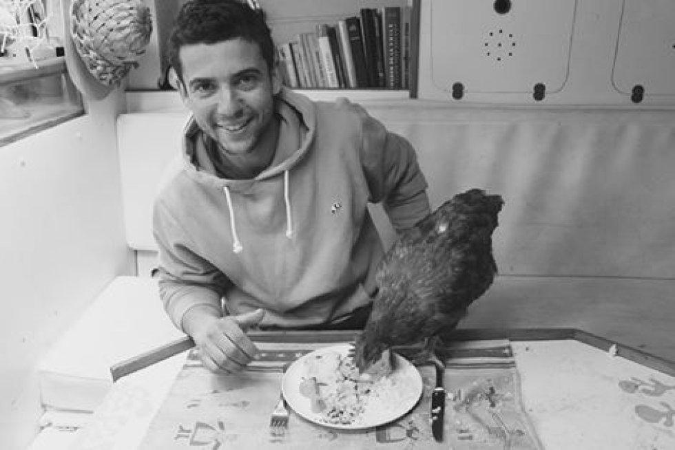 """Su decisión se basó según él en que """"Una gallina no necesita mucho cuidado y puedo comer huevos en el mar""""."""