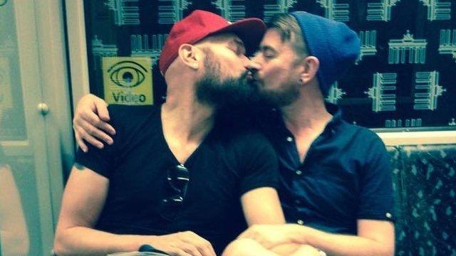 """Stephen Wood se unió a la campaña y publicó esta foto mientras viajaba en el metro: """"Ver a dos hombres besándose no puede ser razón para la violencia. Debería en cambio animar nuestros románticos corazones""""."""
