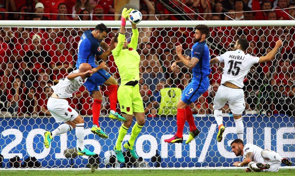 El arquero Berisha ganando el balón ante el ataque de Francia