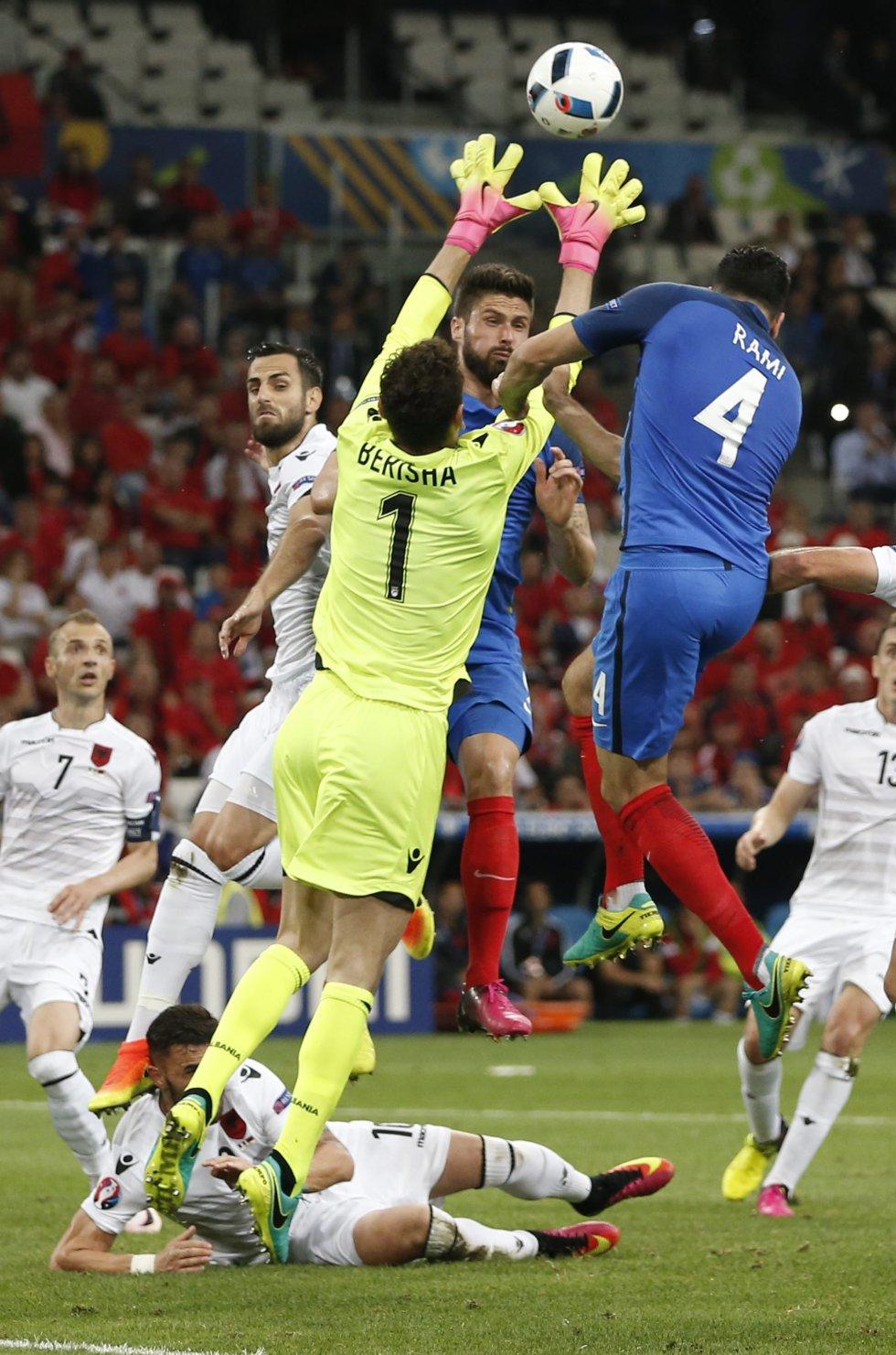 Berisha y Rami en disputa por un balón aéreo