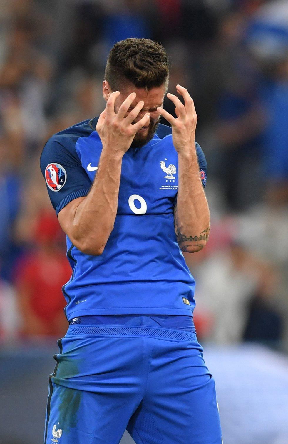 Giroud lamentándose por una oportunidad desperdiciada