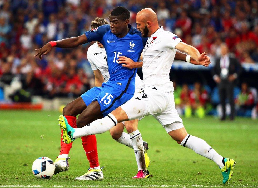 Pogba con el control del balón ante dos defensas de Albania