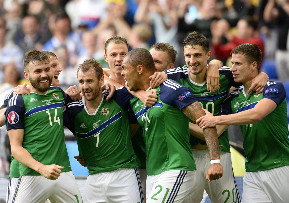 Jugadores de Irlanda del Norte celebran después de que Niall McGinn anotó el gol del 2-0