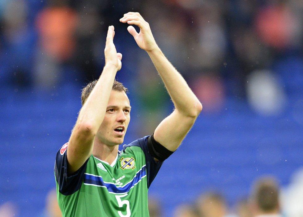Jonny Evans celebra después de ganar el partido.