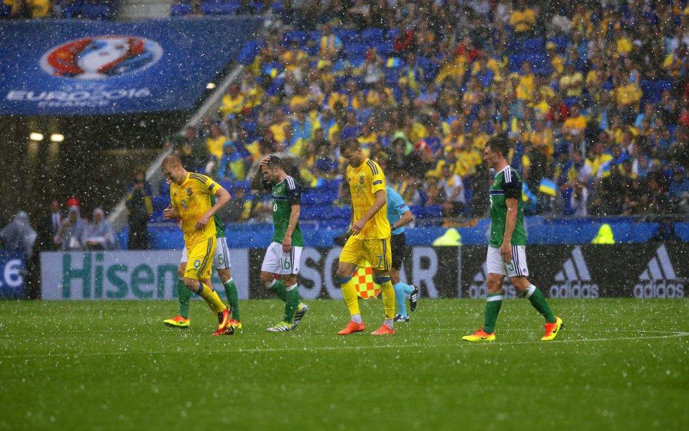 Los jugadores abandonan el campo debido a una tormenta de granizo durante el segundo tiempo.