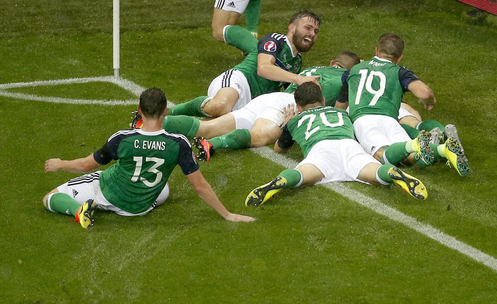 Los jugadores de Irlanda del Norte celebran el 1-0.