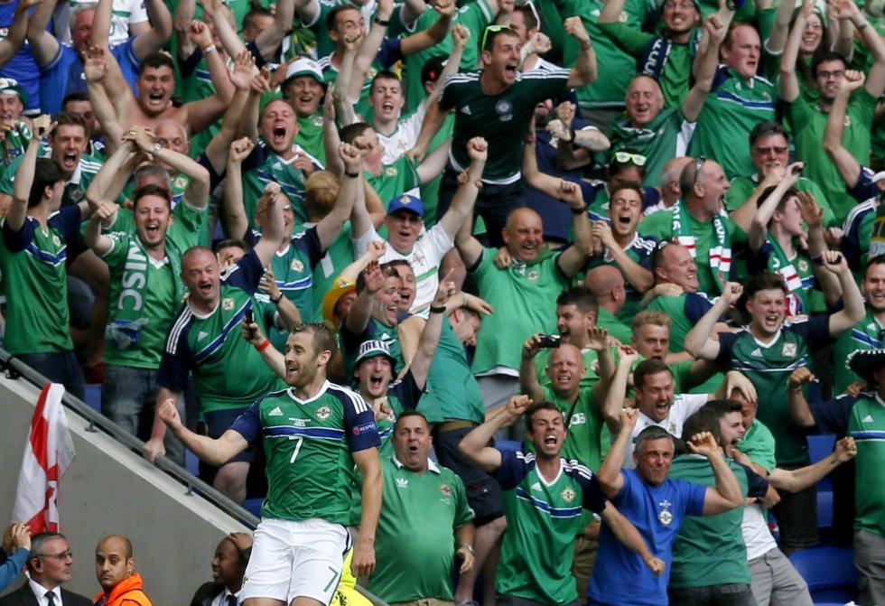Niall McGinn de Irlanda del Norte celebra la ventaja de 2-0.