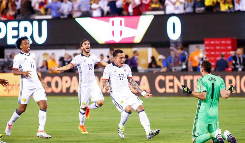 David Ospina paró un penalti y Christian Cueva falló el lanzamiento definitivo desde los once metros, dando la victoria a los colombianos.