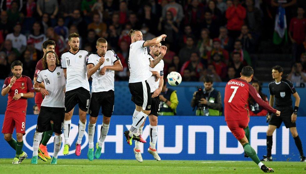 Cristiano Ronaldo cobrando un tiro libre ante Austria