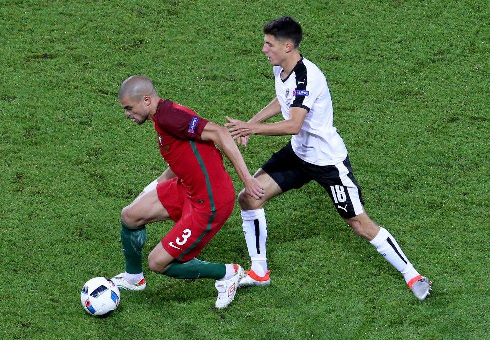 Pepe con la posesión del balón ante la marca de Schöpf