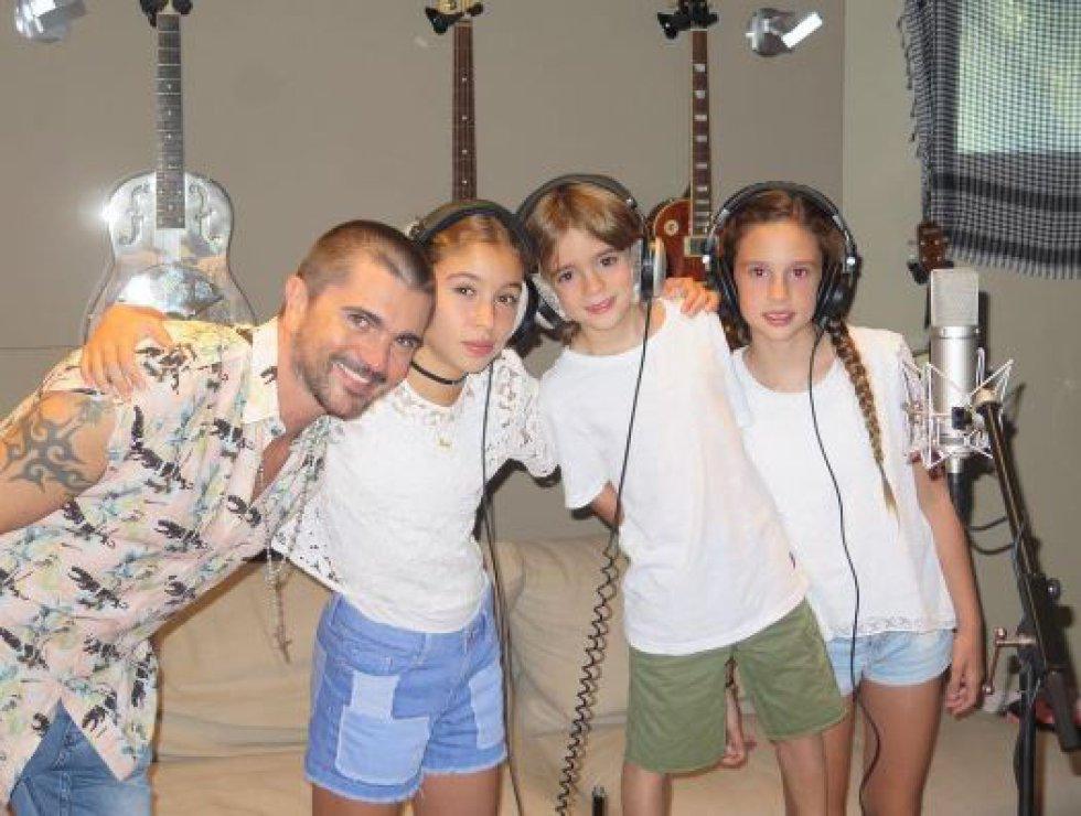 Juanes: Con su esposa Karen Martínez tiene tres hijos Luna, Paloma y Dante.