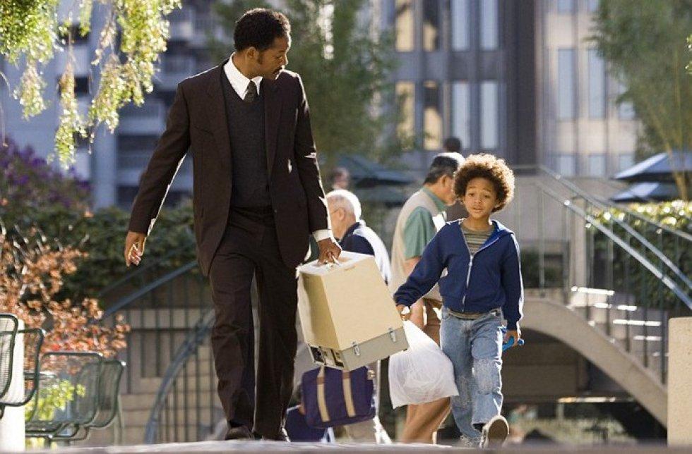 En busca de la felicidad (2006) es una película estadounidense dirigida por Gabriele Muccino, protagonizada por Will Smith y su hijo Jaden Smith.