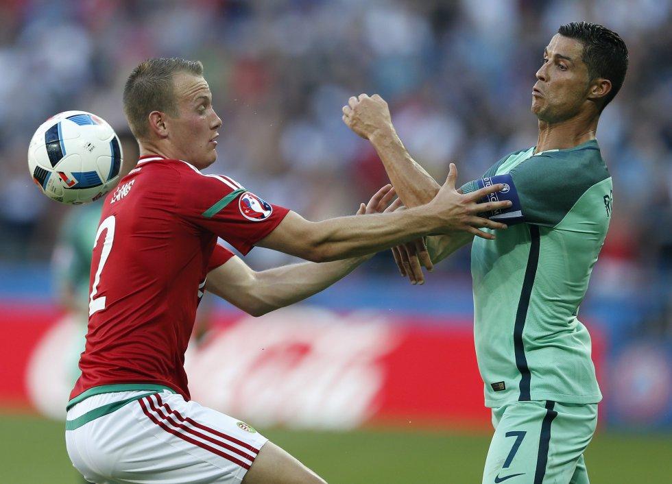 Cristiano Ronaldo y Adam Lang de Hungría disputan la pelota.